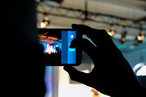 Filmen, fotografieren und aufnehmen mit dem Smartphone - das wird für Journalisten zur Selbstverständlichkeit. (Foto: Jakubetz)