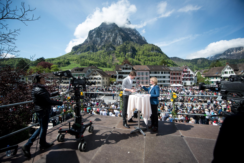 Konrad Weber im multimedialen Dienst - hier bei einer interaktiven Live-Reportage von der Landsgemeinde Glarus im Mai 2013 für SRF. (Foto: SRF)