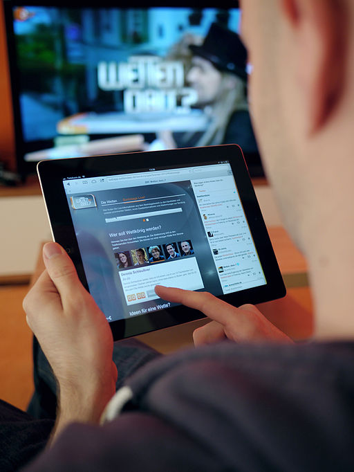 Kleine, aber sehr aktive Minderheit: Second-Screen-Nutzer. (Fotonachweis: This image was originally posted to Flickr by pr_ip at http://flickr.com/photos/35889705@N04/8244170737. It was reviewed on 11 March 2013 by the FlickreviewR robot and was confirmed to be licensed under the terms of the cc-by-sa-2.0.)